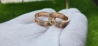 Оригинальные обручальные кольца с зелеными камнями