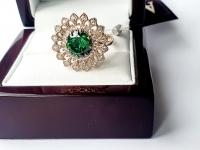 Женское кольцо в виде цветка с крупным камнем
