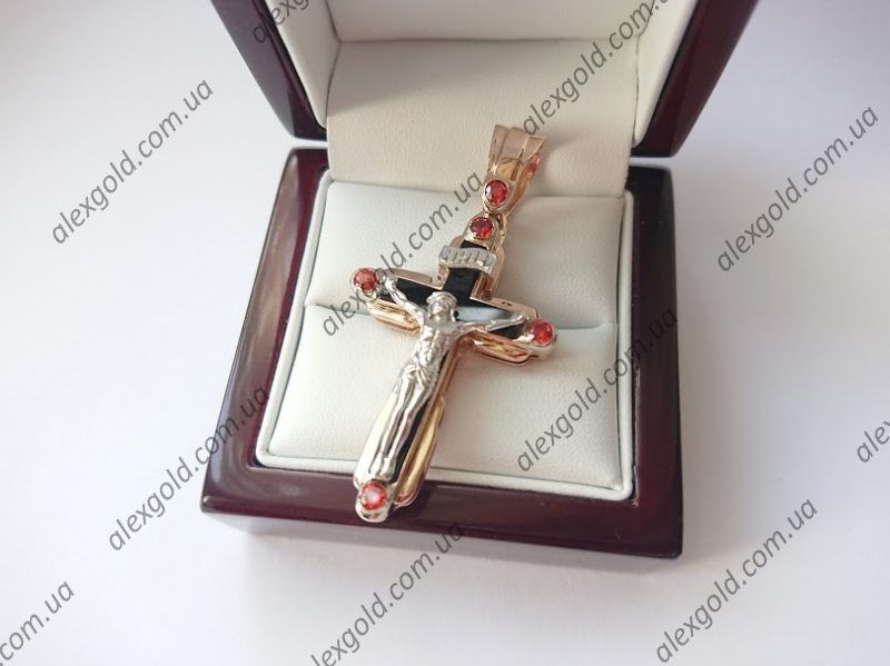 Золотой крест с ониксом и камнями под гранат