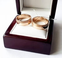 Широкие обручальные кольца с дорожками из камней и матированным золотом