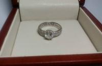 Красивое помолвочное кольцо с россыпью камней