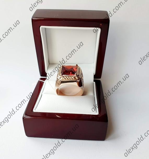 Золотой перстень с красным камнем