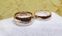 Обручальные кольца волна два вида золота с камнями и гравировкой